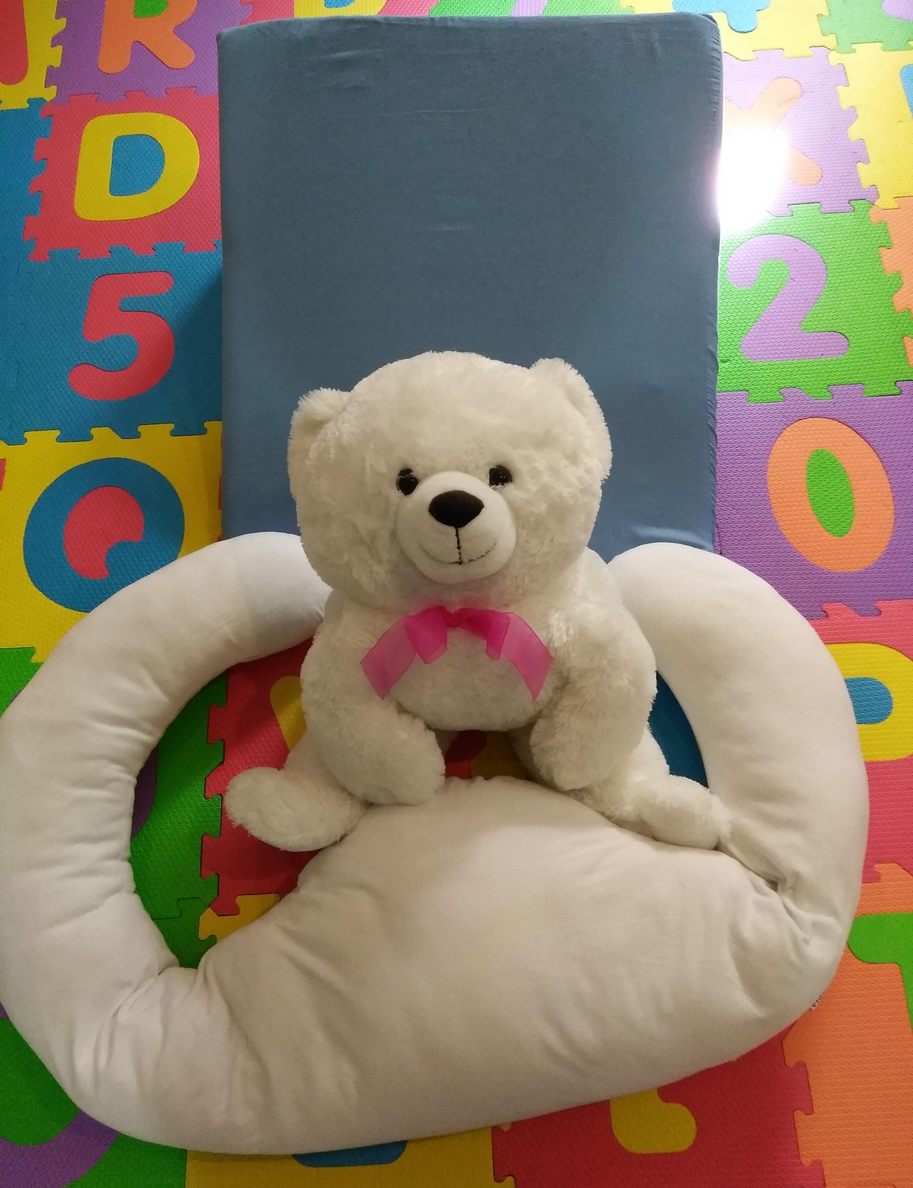 ウェッジピローと抱き枕とクマ