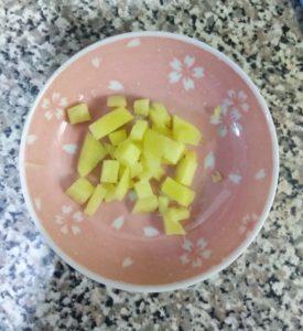 みじん切りにした生姜をお皿の上に乗せている写真