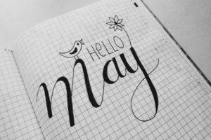 ノートの上にHELLO May と書かれている
