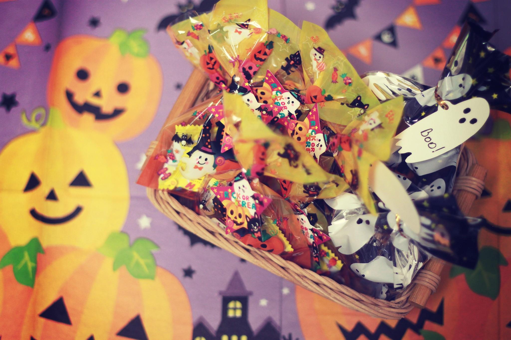 かごに入った沢山の「trick or treat」のお菓子