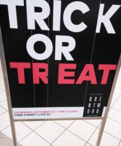 brentwood のtrick or treatの告知看板の写真