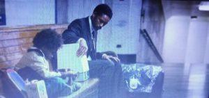 映画「幸せのちから」で家を追い出され駅のプラットホームに座り込むウイル・スミスと息子