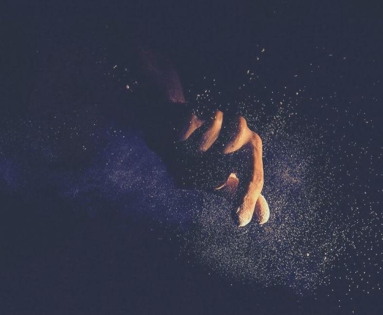 真っ暗闇の中、手が忍び寄る絵