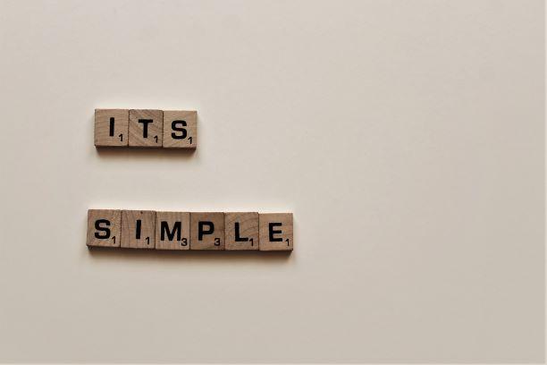 木製のサイコロが「ITS SIMPLE」との文字が並べられてある写真