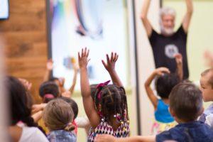 子供達が先生に合わせて踊っている写真