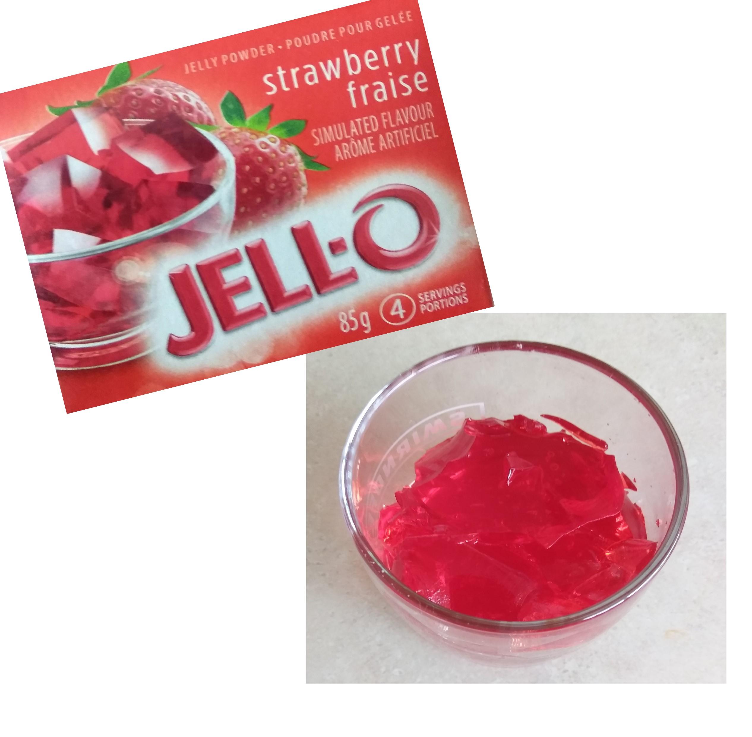 ゼリーを作る粉JELL-Oと、実際にJELL-Oで作ったゼリーを透明のグラスに盛りつけた写真