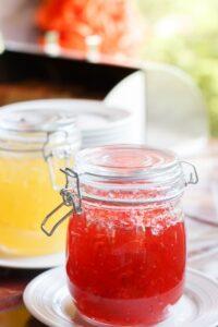 2つのグラスの瓶に赤と黄色のゼリーがそれぞれ入っている写真