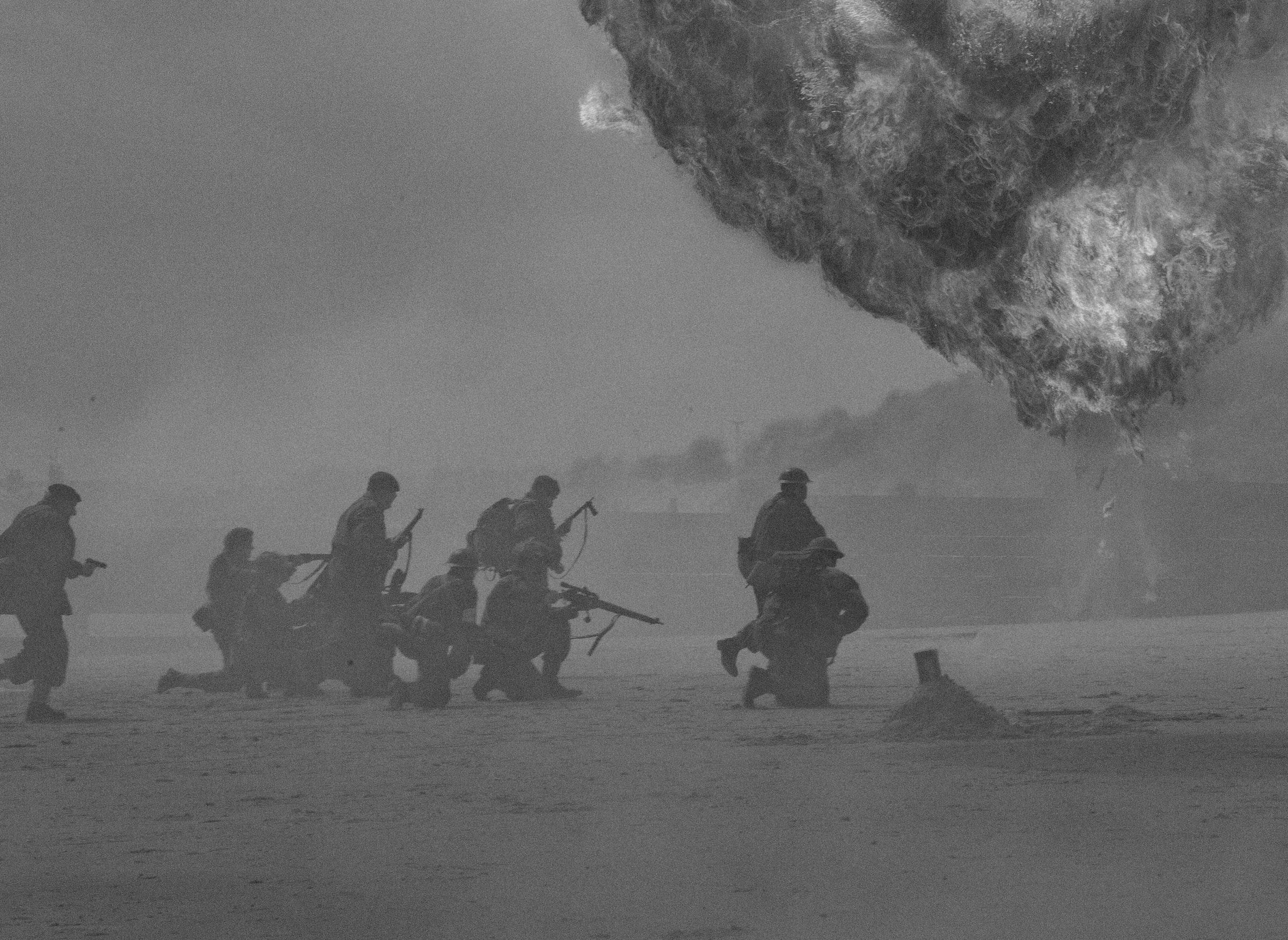 浜辺に兵士たちが上陸し、戦争を繰り広げている写真