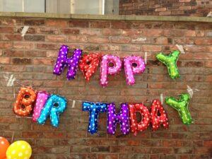HAPPY BIRTH DAYの文字のバルーン
