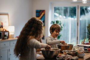 男の子と女の子がキッチンでお料理をしている写真