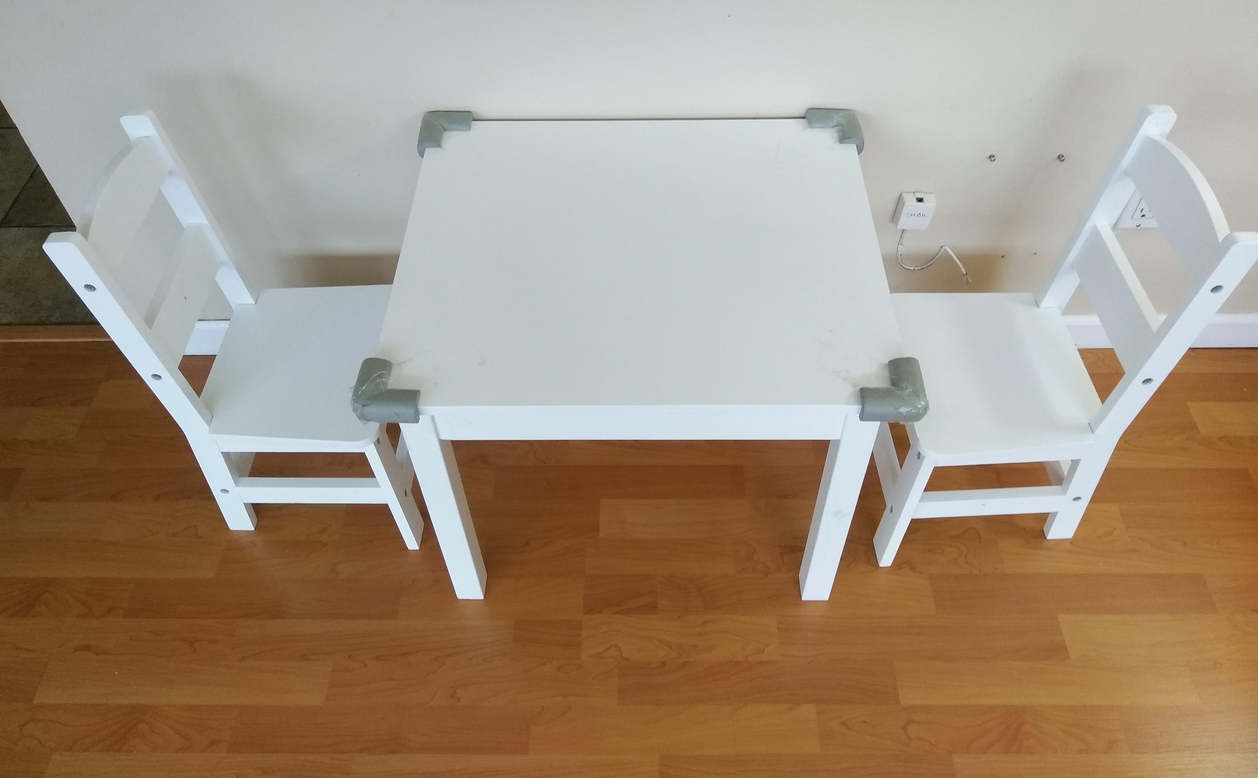 幼児用の白いテーブル机と椅子2つ