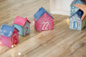 赤や青、水色も小さな家に一つずつ数字が書かれてある写真