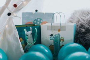 1歳の誕生日を風船やプレゼントでお祝いしている写真