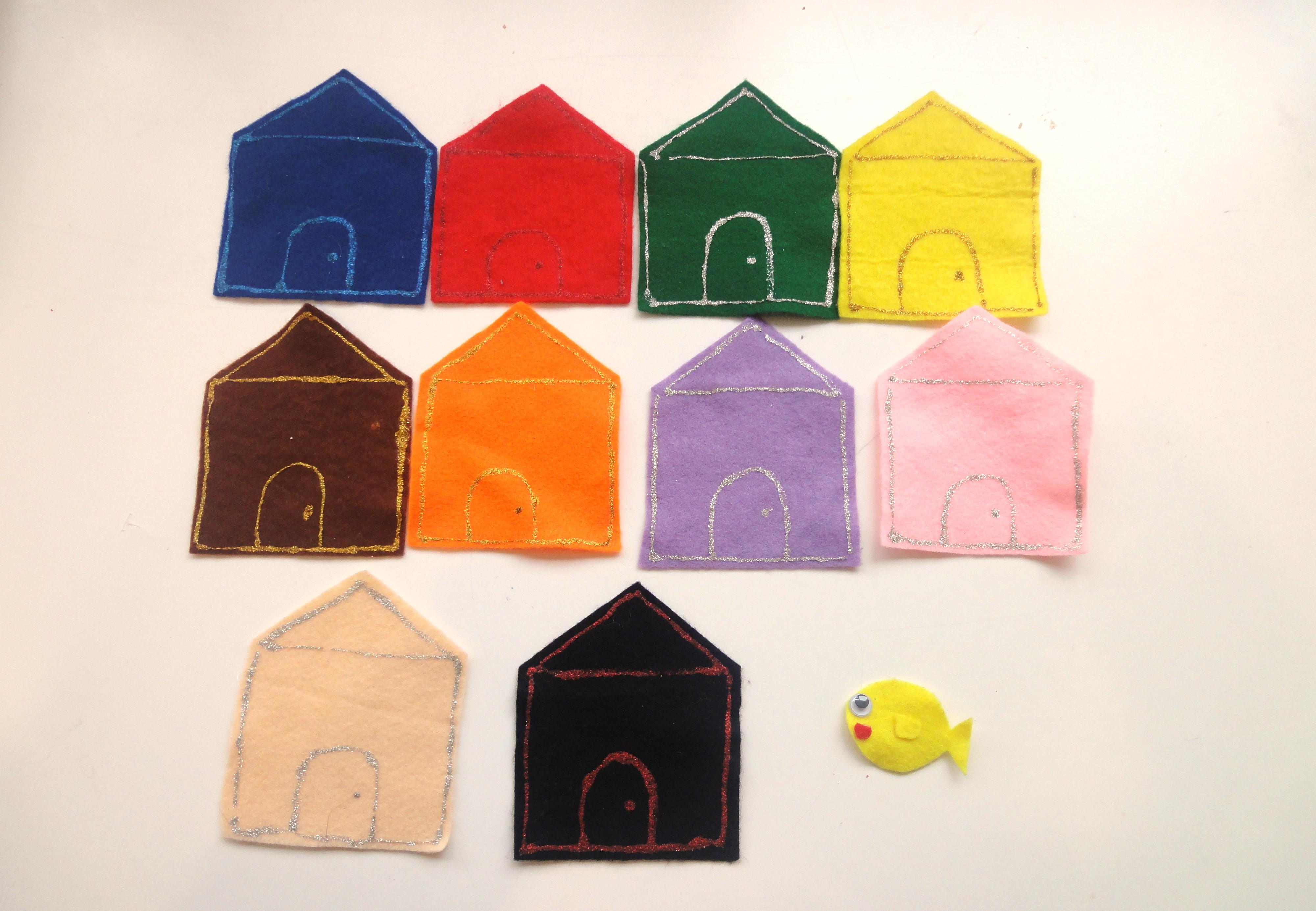 10色のフェルトを家の形に切ったものと、フェルトで作った魚の写真