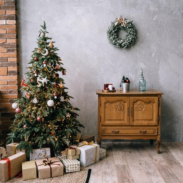 クリスマスツリーとツリーの下に置いてある沢山のプレゼント