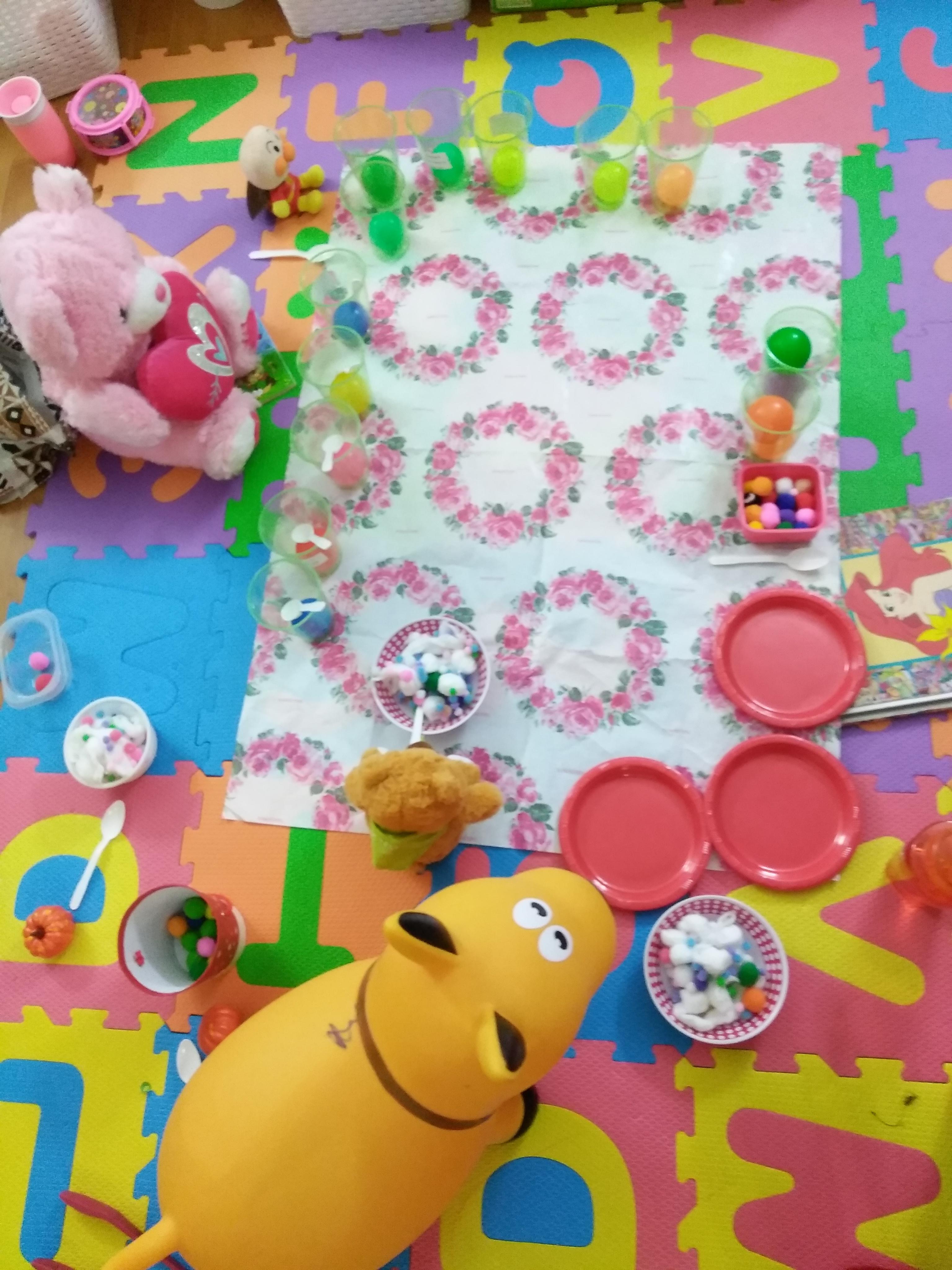 2歳の娘が家でピクニックごっこをして遊んでいる写真