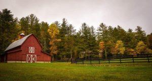 牧場にある赤い小屋