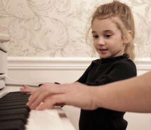 女の子がピアノを弾いている